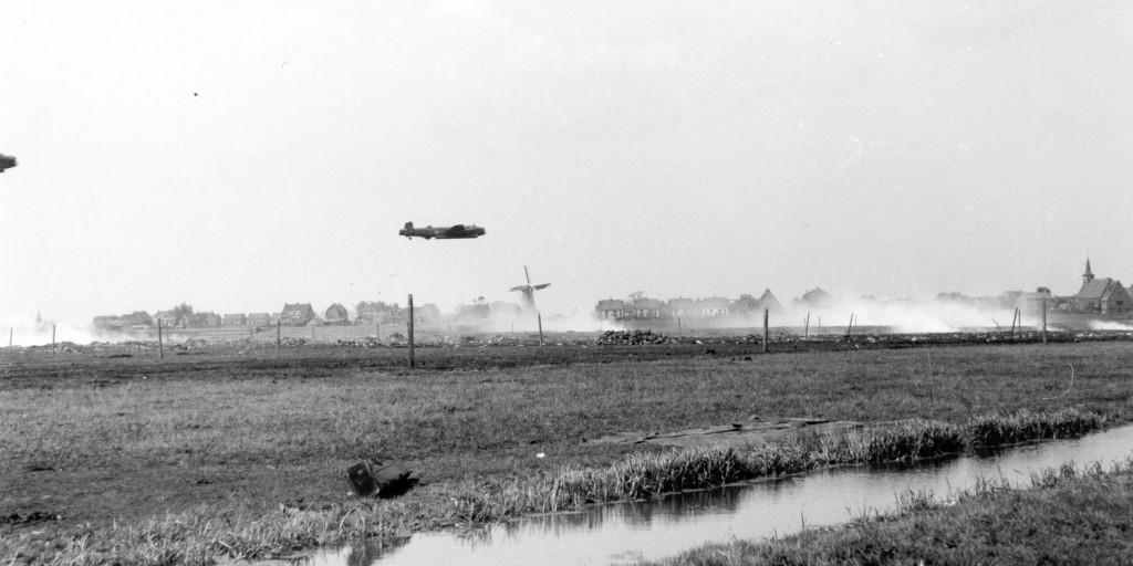 03-Lancaster-low-over-Rotterdam-Terbregge-drop-zone